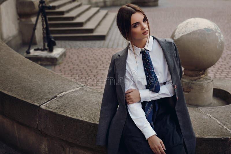 Schönes Mode-Mädchen in der modernen Kleidung, die in der Straße aufwirft stockfoto