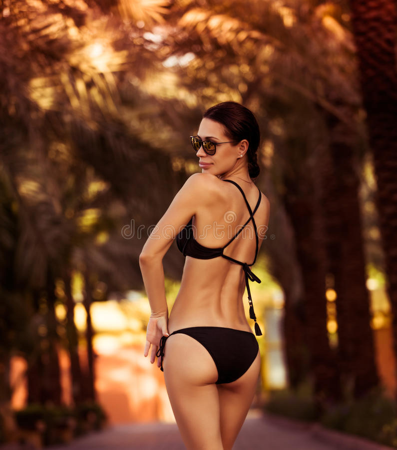 Schönes Mode-Modell im Bikini lizenzfreie stockfotografie