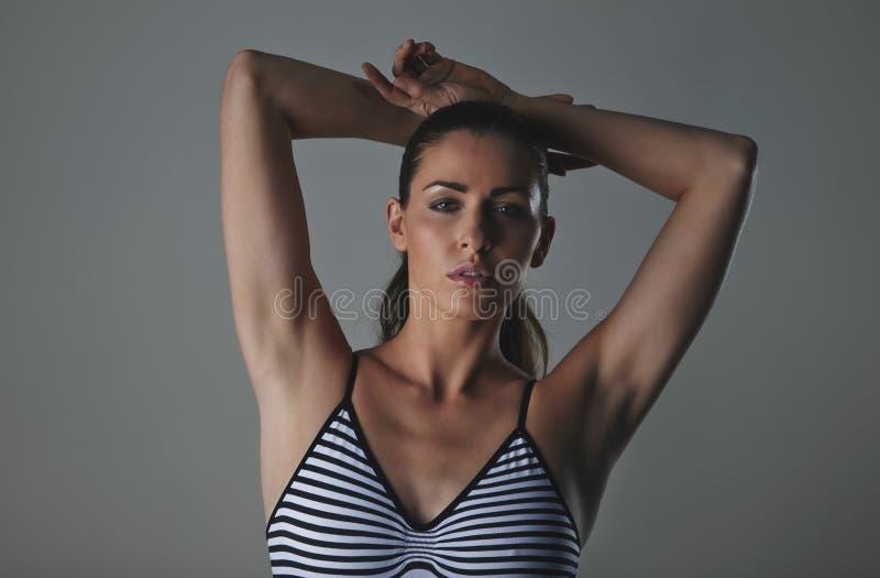 Schönes Mode-Modell in Studio tragendem Bodystocking lizenzfreies stockbild