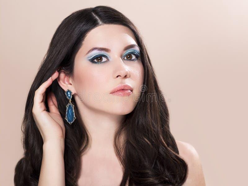 Schönes Modefrauenmodell mit dem gewellten langen Haar stockbild