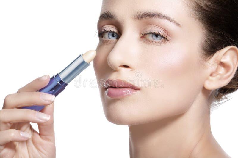 Schönes Modell der jungen Frau mit perfekter getonter Haut concealer stockbilder
