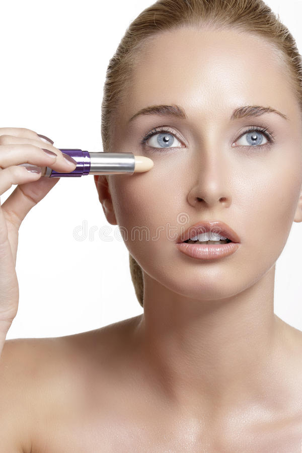 Schönes Modell der jungen Frau mit perfekter getonter Haut concealer lizenzfreies stockbild