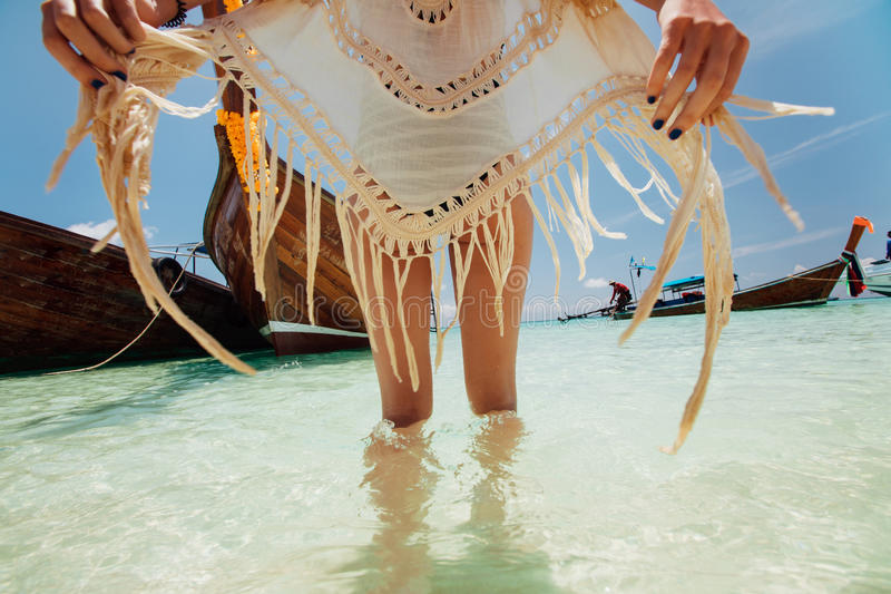 Schönes Modell des jungen Mädchens in einem Badeanzug, der gegen ein traditionelles thailändisches hölzernes Boot aufwirft stockbilder