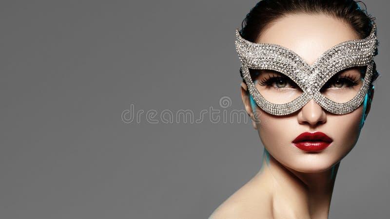 Schönes Modell mit dem Mode-Lippenmake-up, das helle glänzende Maske trägt Maskeradeartfrau Feiertagsfeierblick lizenzfreie stockfotos