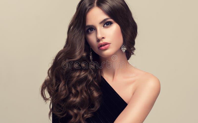 Schönes Modell mit lang, dichter und gelockter Frisur lizenzfreie stockbilder