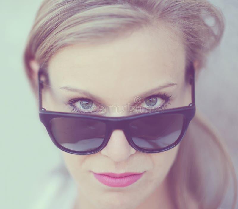 Schönes Modemädchenporträt mit Sonnenbrille stockbild