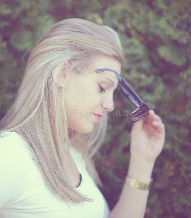 Schönes Modemädchenporträt mit Sonnenbrille stockfoto
