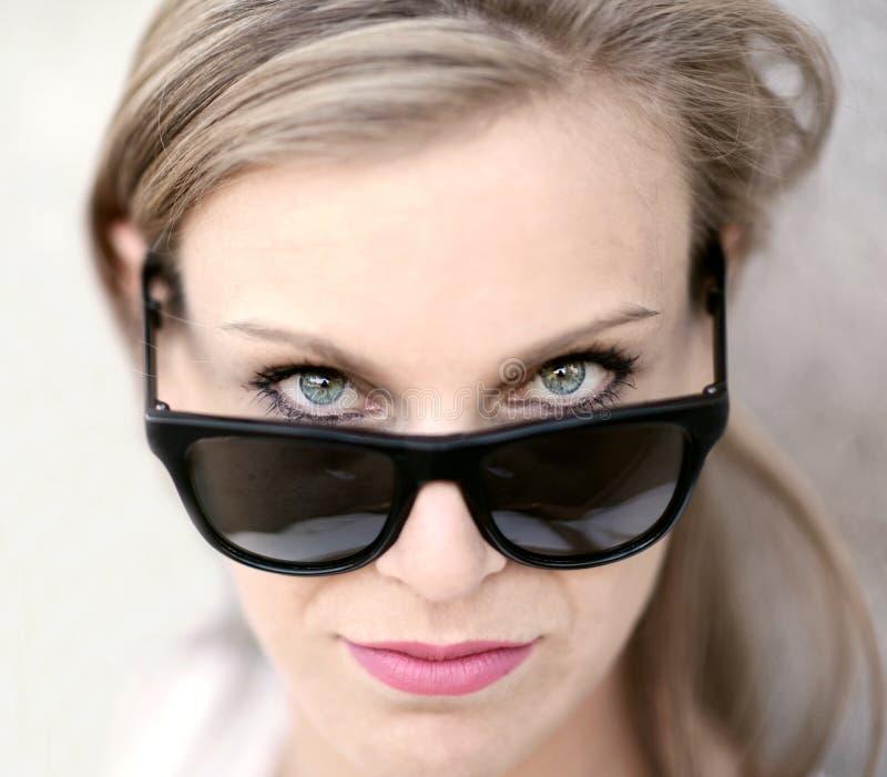 Schönes Modemädchenporträt mit Sonnenbrille lizenzfreies stockbild