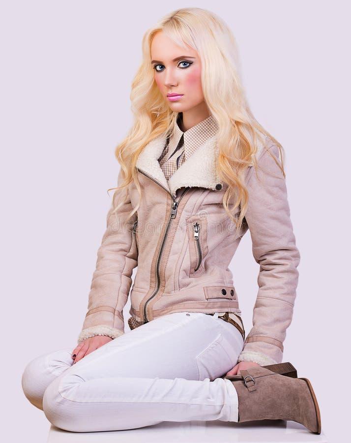 Schönes modernes blondes Mädchen in der Jacke lizenzfreie stockfotografie