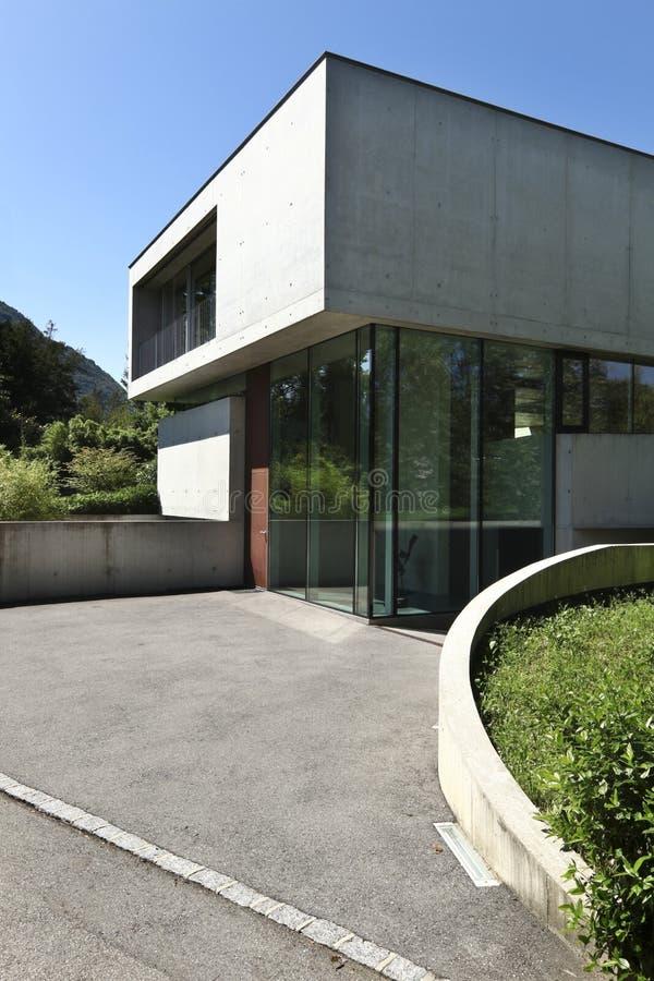 Schönes modernes Haus draußen lizenzfreie stockbilder