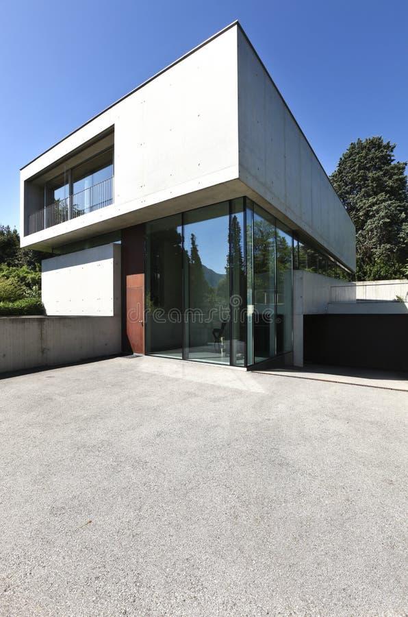 Schönes modernes Haus draußen lizenzfreies stockbild