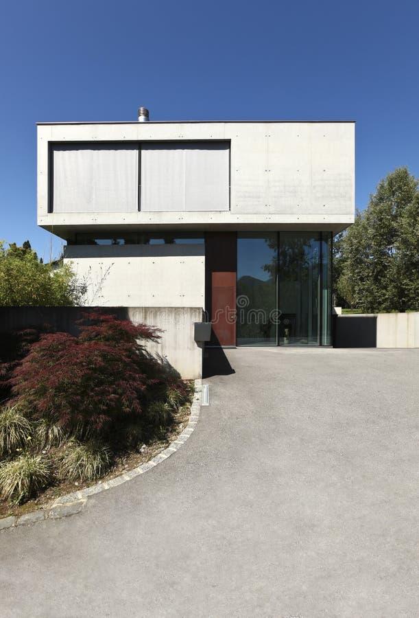 Schönes modernes Haus draußen stockbilder