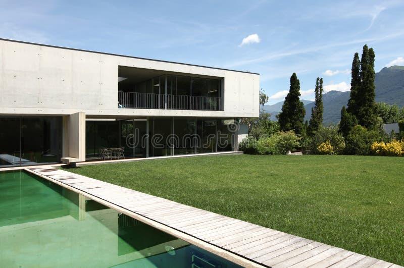Schönes modernes Haus draußen stockbild
