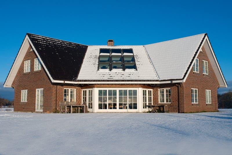 Schönes modernes Haushaus im Winter stockbild