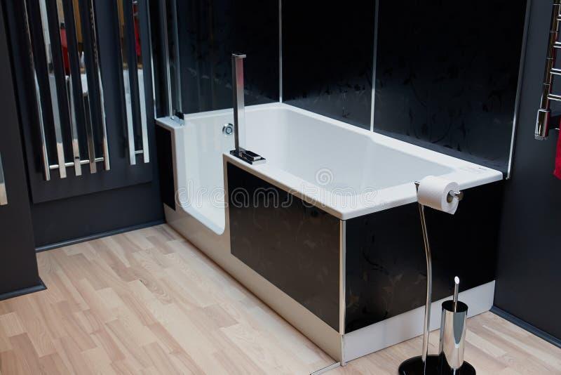 Schönes modernes klassisches Badezimmer im neuen Luxushaus stockfoto