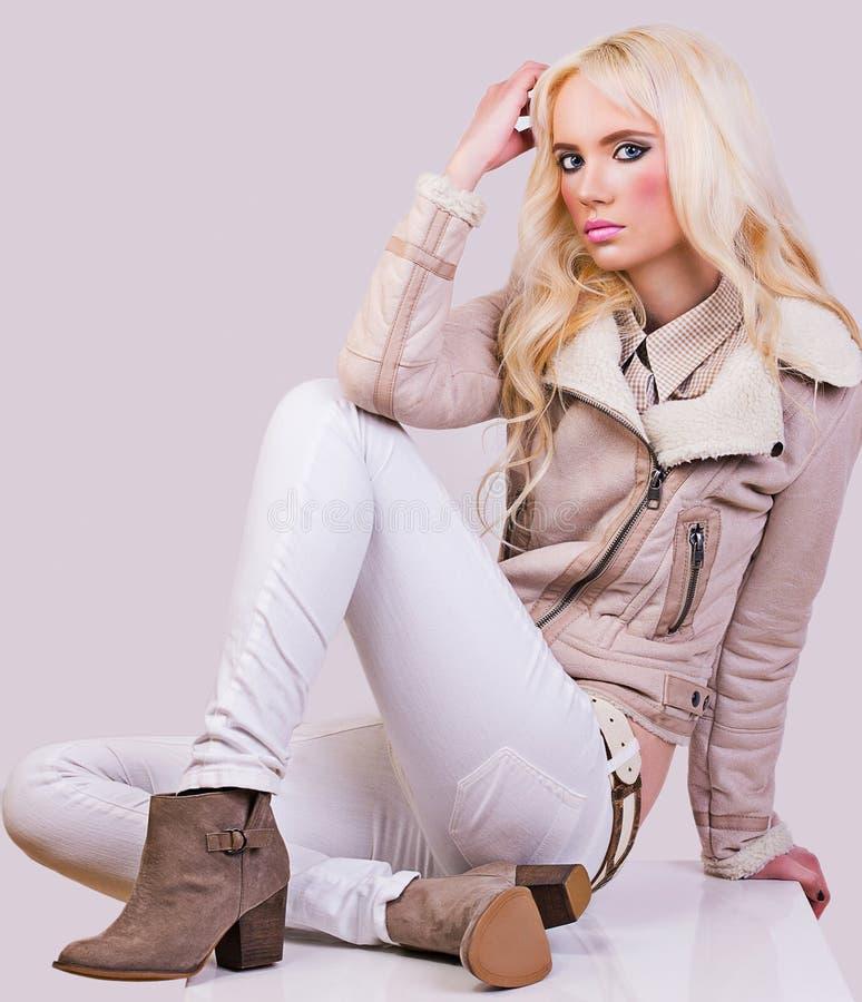 Schönes modernes Mädchen in der Jacke stockfotos
