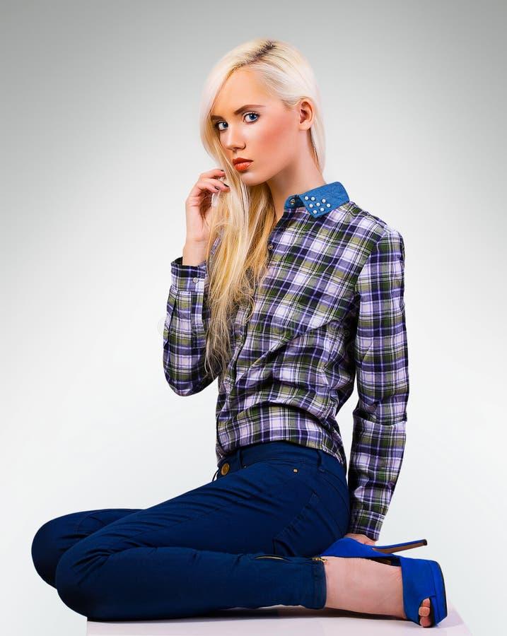 Schönes modernes Mädchen im Hemd lizenzfreie stockbilder