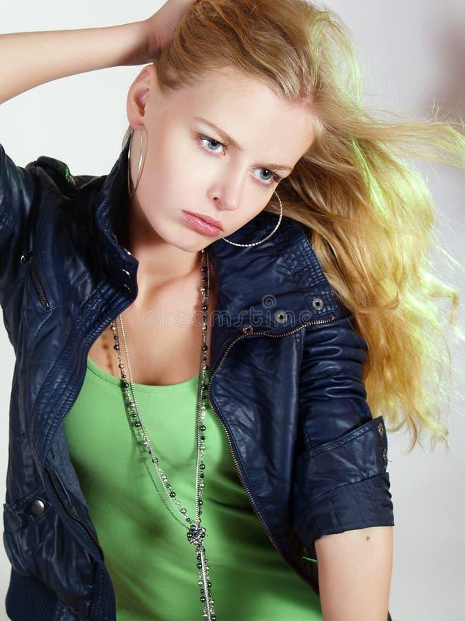 Schönes modernes Mädchen mit dem langen Haar lizenzfreies stockbild