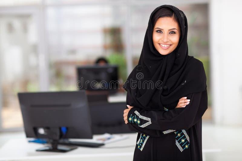 Moslemisches Geschäftsfraubüro stockfotos