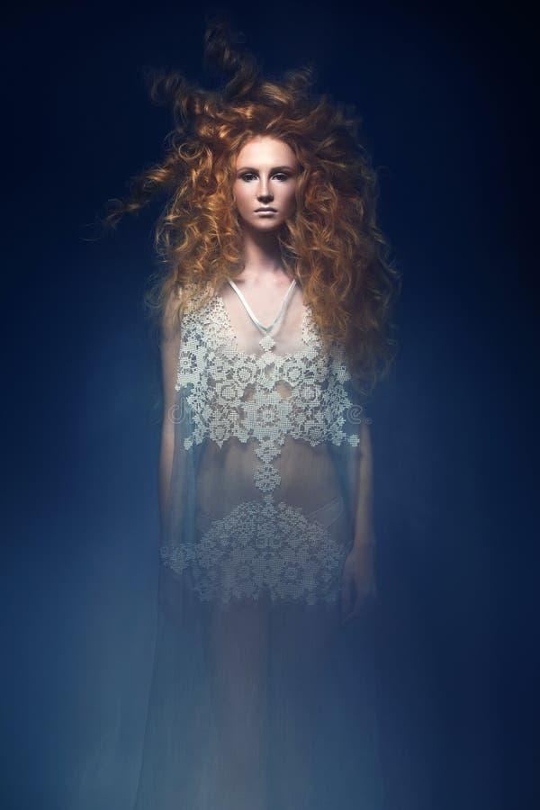 Schönes modernes rothaariges Mädchen im transparenten Kleid, Meerjungfraubild mit kreativer Frisur kräuselt sich Modeschönheitsar lizenzfreies stockfoto