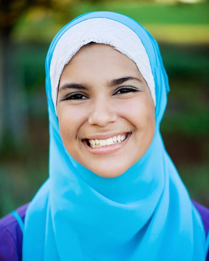 Schönes moslemisches jugendlich Mädchen, das Hijab trägt stockfotos