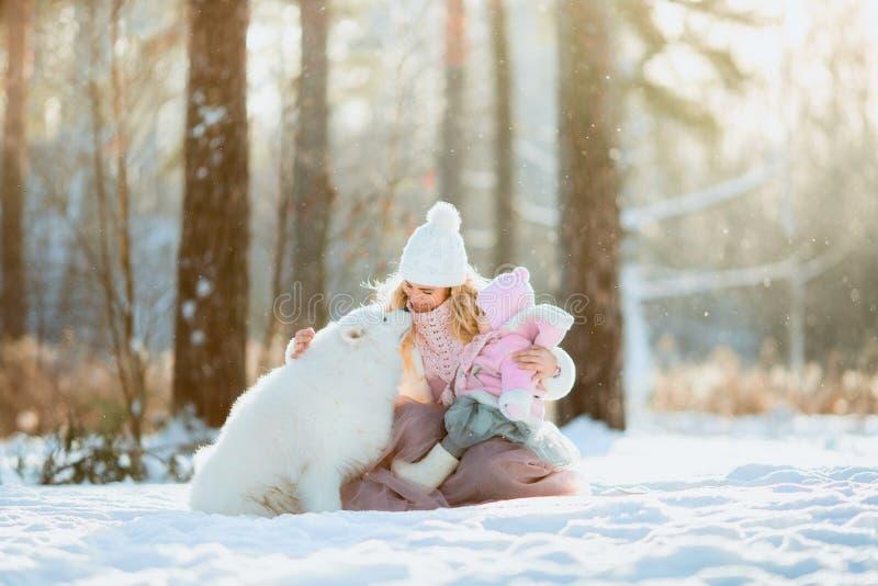 Schönes Mutter- und Tochterwinterporträt stockbild