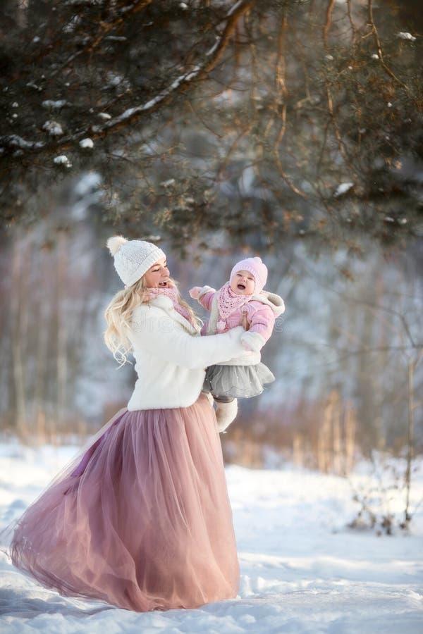 Schönes Mutter- und Tochterwinterporträt stockfotografie