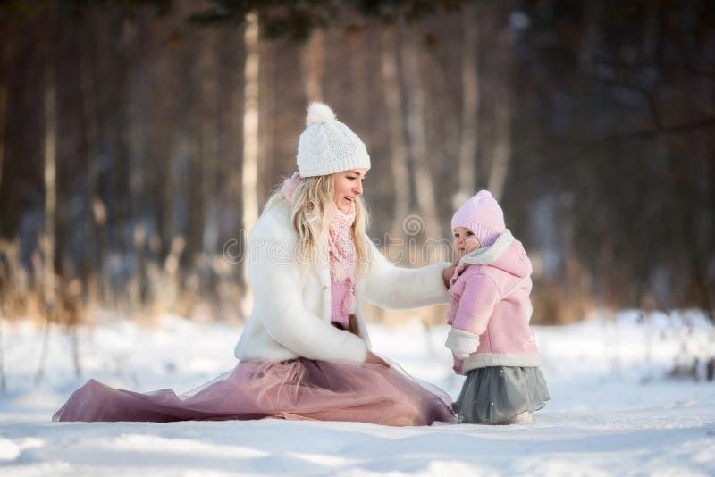 Schönes Mutter- und Tochterwinterporträt stockbilder