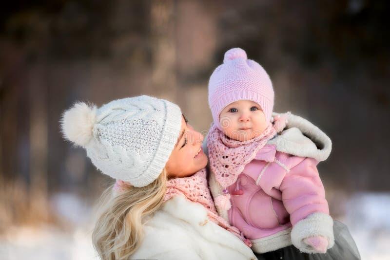 Schönes Mutter- und Tochterwinterporträt lizenzfreies stockbild