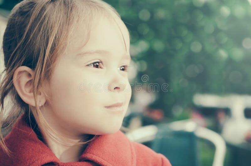Schönes nachdenkliches Porträt des kleinen Mädchens stockfotografie