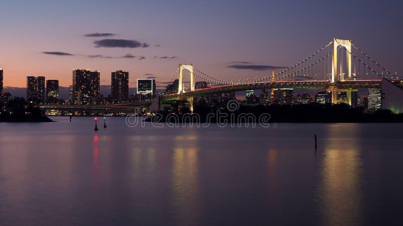 Schönes Nachtstadt scape von Tokyo-Bucht mit Tokyo-Regenbogen bridg lizenzfreies stockfoto