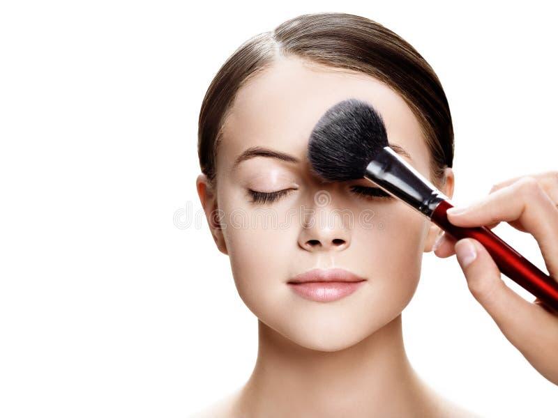 Schönes natürliches Make-upfrauenporträt-Schönheitsgesicht mit der gesunden Haut lokalisiert auf Weiß lizenzfreie stockfotos