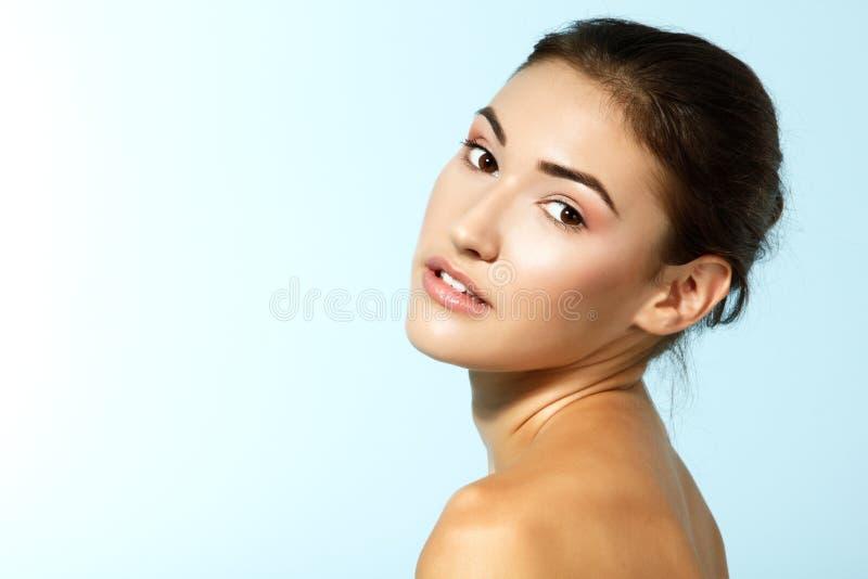 Schönes nettes frisches jugendlich Mädchen, glückliches SMI des weiblichen Gesichtes der Schönheit lizenzfreie stockfotografie