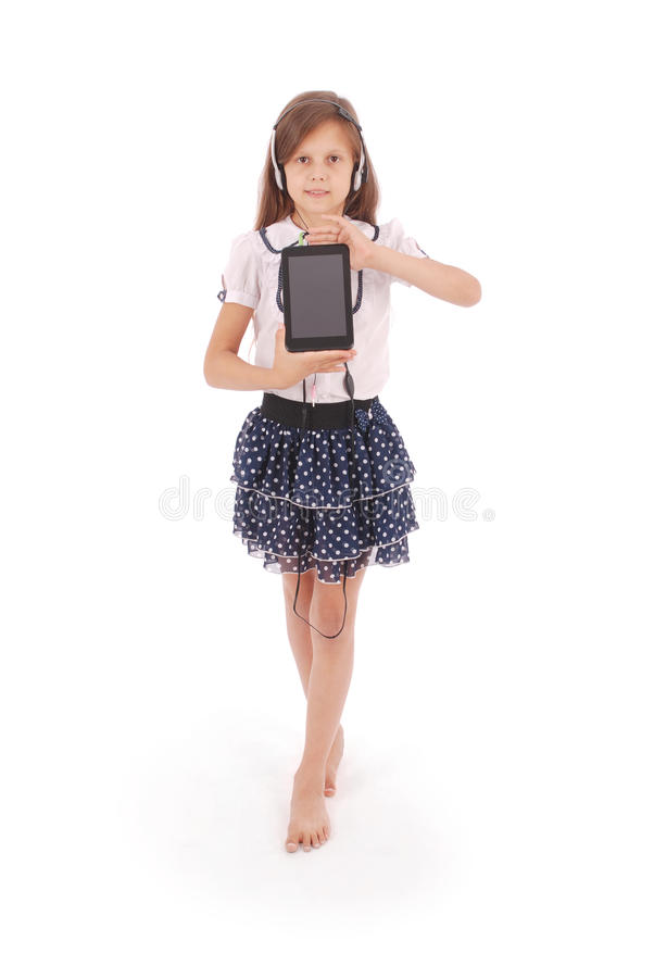 Schönes nettes glückliches junges Mädchen mit Kopfhörern und Tabletten-PC lizenzfreies stockfoto