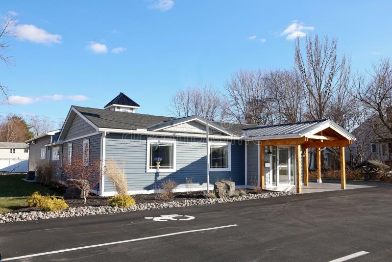 Schönes neues blaues Dach auf dem Haus lizenzfreie stockfotos