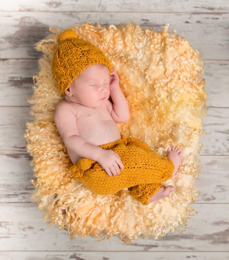Schönes neugeborenes Baby im Weidenkorb stockfotografie