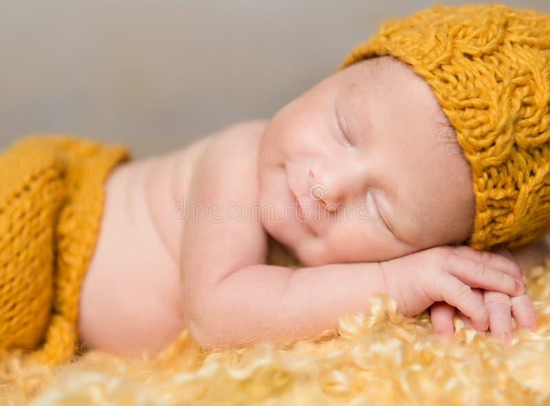 Schönes neugeborenes Baby im Weidenkorb stockfotos