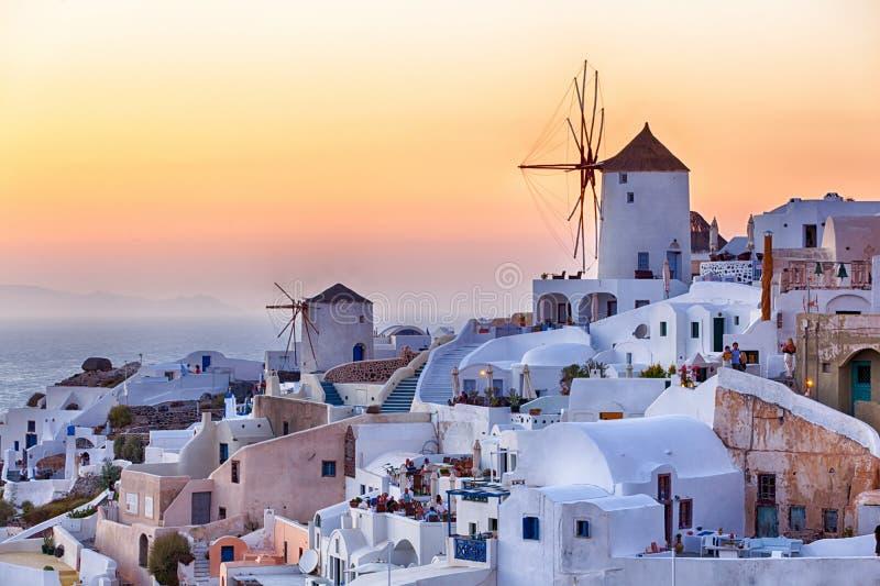 Schönes Oia-Dorf bei Sonnenuntergang in Santorini stockbild