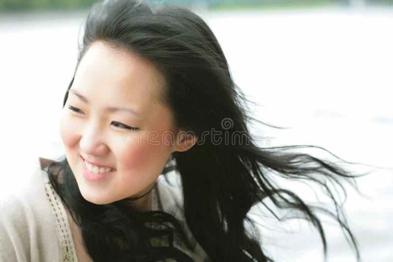 Schönes Orient-Mädchen auf Wind stockbild
