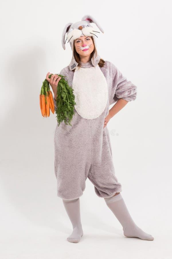 Schönes Ostern-Kaninchenmädchen mit Karotten lizenzfreies stockfoto