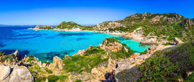 Schönes Ozeanküstenlinien-Strandpanorama in Maddalena-Inseln, I lizenzfreie stockbilder