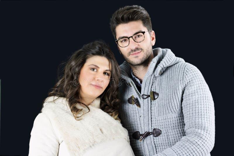 Schönes Paar von zukünftigen Eltern im Winter kleidet stockfotografie