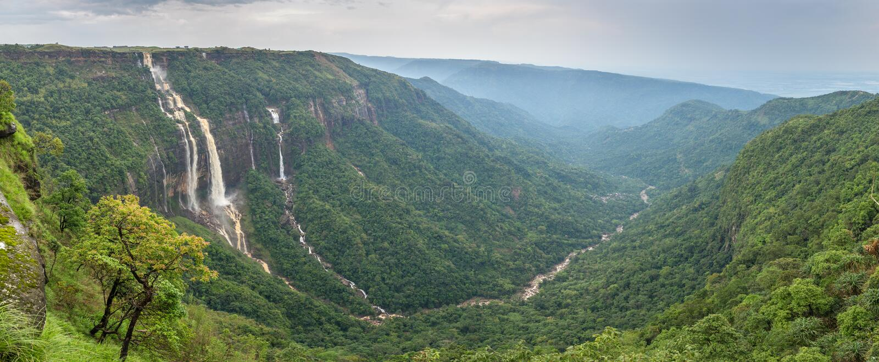 Schönes Panorama der sieben Schwesterwasserfälle nahe der Stadt von Cherrapunjee in Meghalaya stockfotos