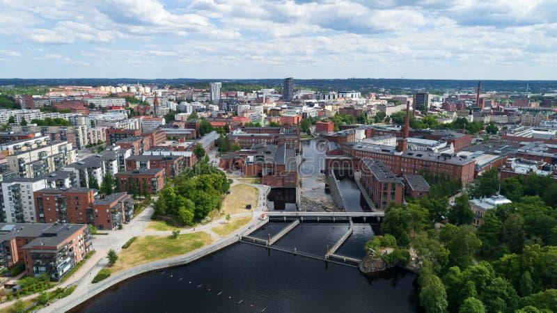 Schönes Panorama der Tampere-Stadt am sonnigen Sommertag Blauer Himmel und schöne Wolken stockfotografie