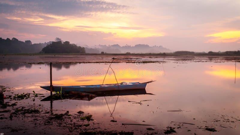 Schönes Panorama des Sonnenaufgangs an Benanga-Reservoir, Samarinda, Ost-Kalimantan, Indonesien lizenzfreies stockbild