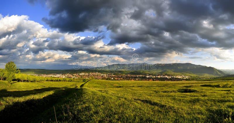 Schönes Panorama mit drastischem Himmel stockfotos