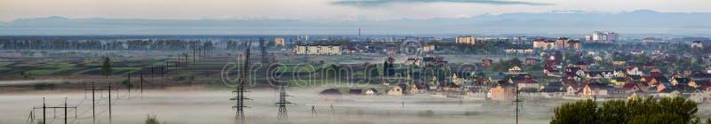 Schönes Panorama von langen elektrischen Hochspannungsleitungsreihen stockfotos