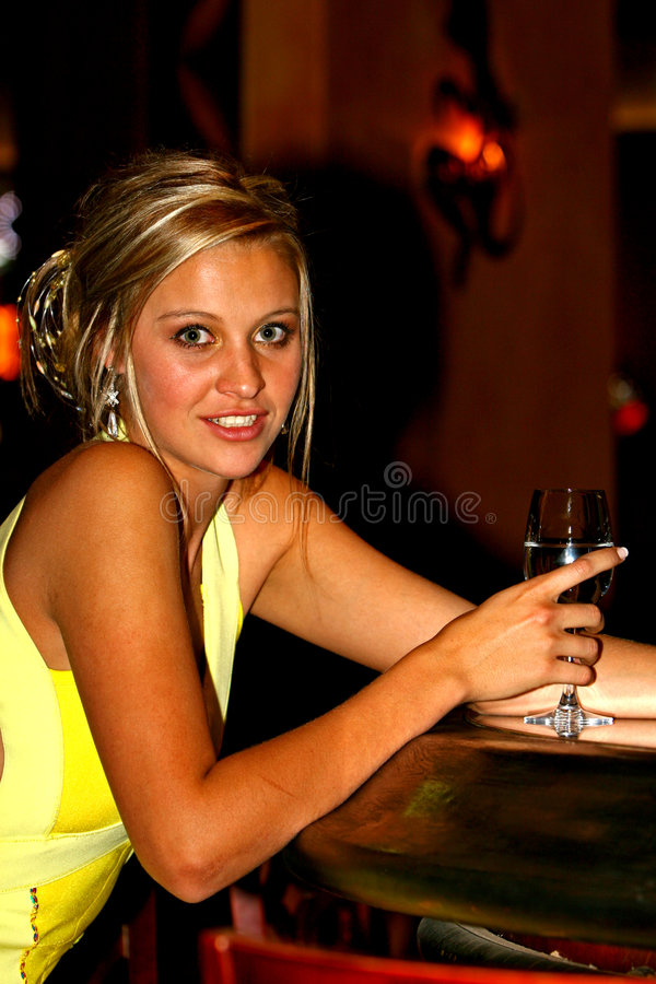 Schönes Partymädchen mit Weinglas stockfotografie
