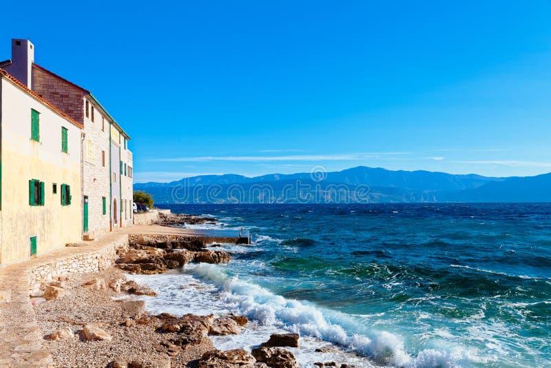 Schönes Pebble Beach einer Kleinstadt Postira - Kroatien, Insel Brac stockfotos