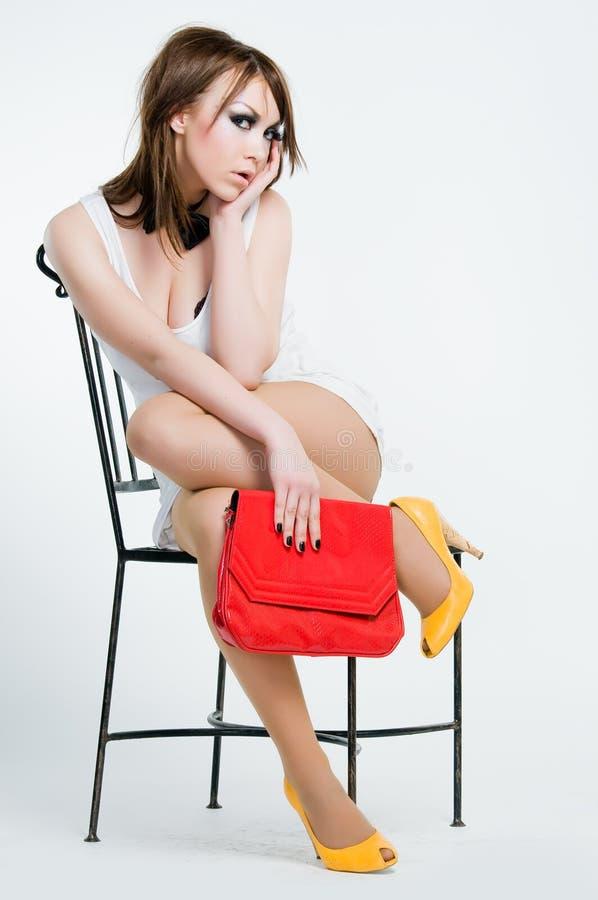 Schönes Pin-up-Girl mit rotem Beutel lizenzfreie stockbilder